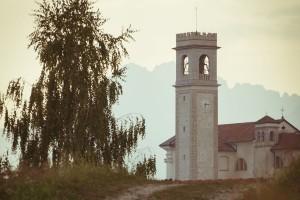 Una visuale della chiesa di Castion
