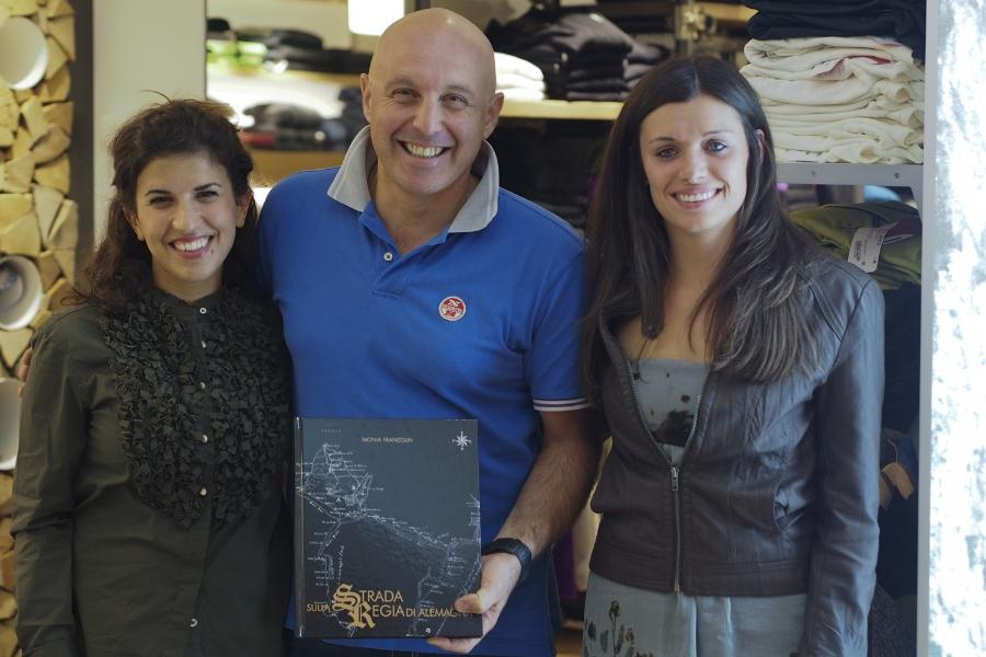 Da sinistra Chiara Reolon di Belluno Magazine, Roberto d'Incà di Robisport e Monia Franzoli autrice del libro (Matteo Mares)