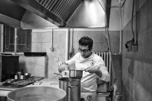 Uno chef in cucina (Luca Mares)