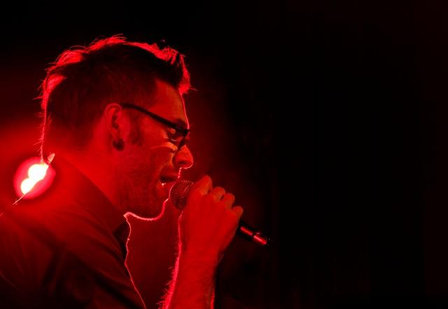 Andrea Riva in arte Mole durante un concerto (Sergio Valacchi)