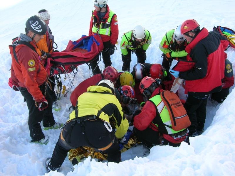 I volontari del Soccorso Alpino in un recupero in valanga