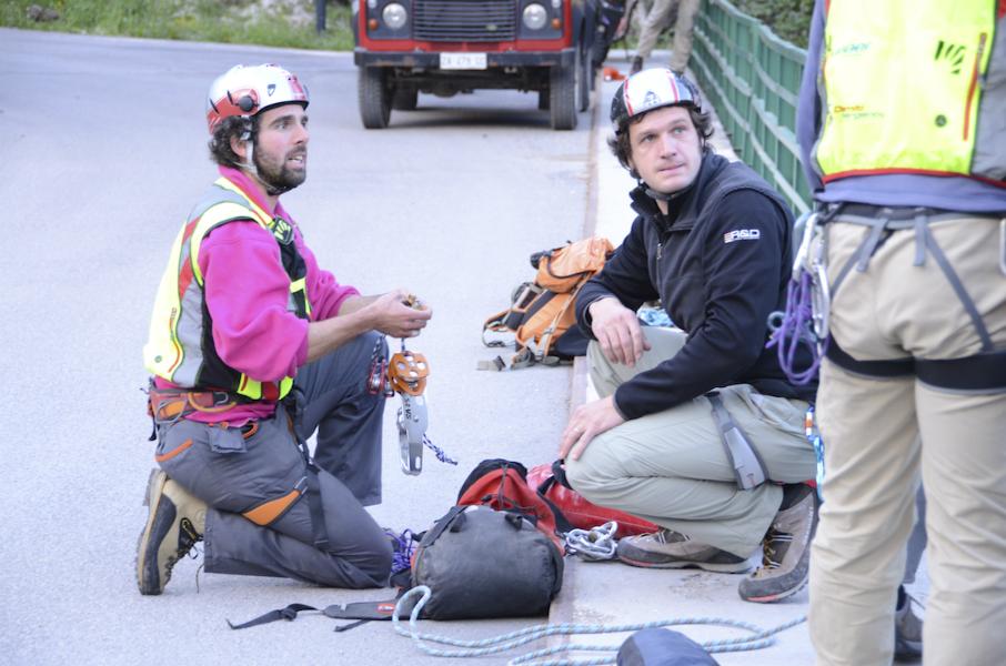 I volontari del Soccorso Alpino nella preparazione dell'attrezzatura (Luca Mares)