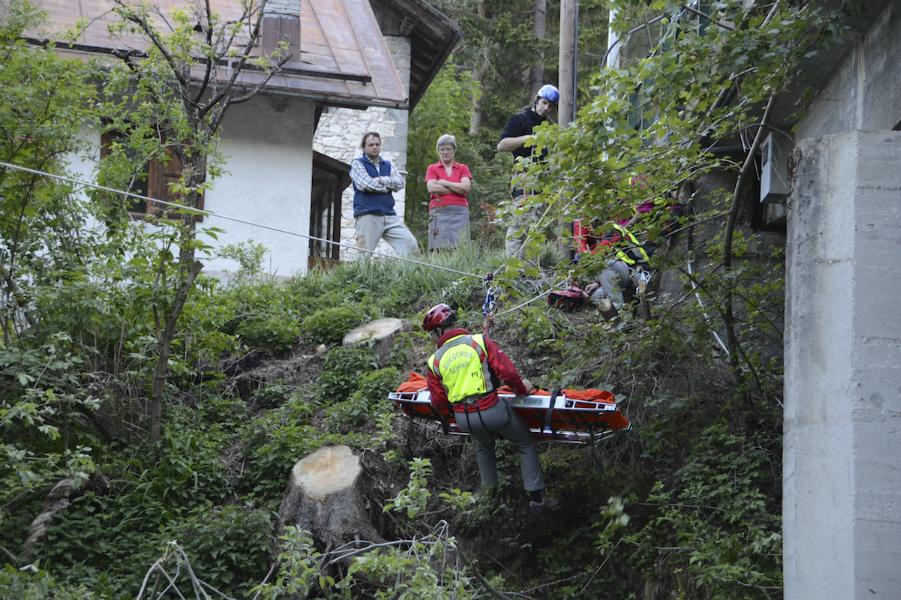 I volontari del Soccorso Alpino impegnati in un recupero in torrente (Luca Mares)