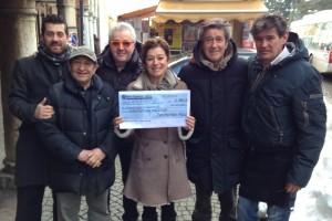 La consegna dell'assegno all'Associazione Pollicino