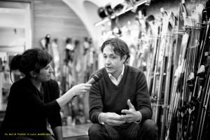 Da sx Chiara Reolon intervista Fabio De Mas presso il negozio Robi Sport (Luca Mares)
