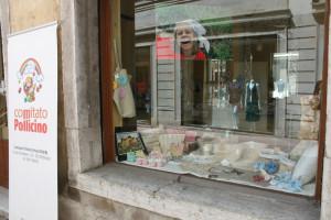 La vetrina dell'Associazione Pollicino allestita con i prodotti dell'Oficina