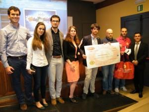 La consegna dell'assegno da parte del Rotaract al Soccorso Alpino