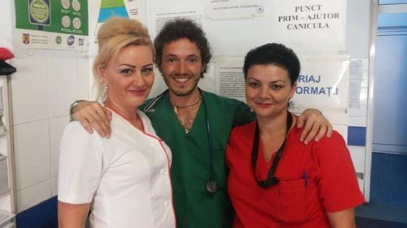 Pietro Toigo con il personale dell'Ospedale di Petrosani in Romania