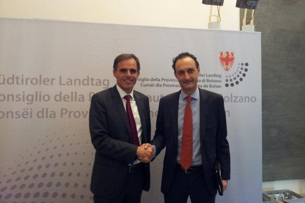 Da sinistra il Presidente delle Fondazione UNESCO Richard Theiner con il Sindaco di Belluno Jacopo Massaro