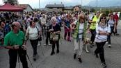 I presenti alla pedonata a Limana