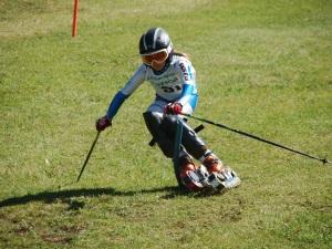 Beatrice Cerentin impegnata nel campionato di sci d'erba