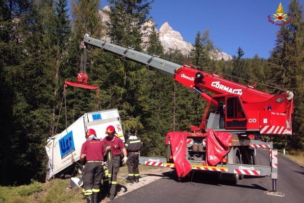 I Vigili del fuoco nell'intervento di recupero dell'autocarro