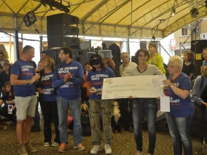La consegna dell'assegno all'Assessore bellunese durante la Music Marathon