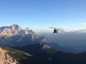 L'elicottero del Suem in volo nel bellunese durante un intervento