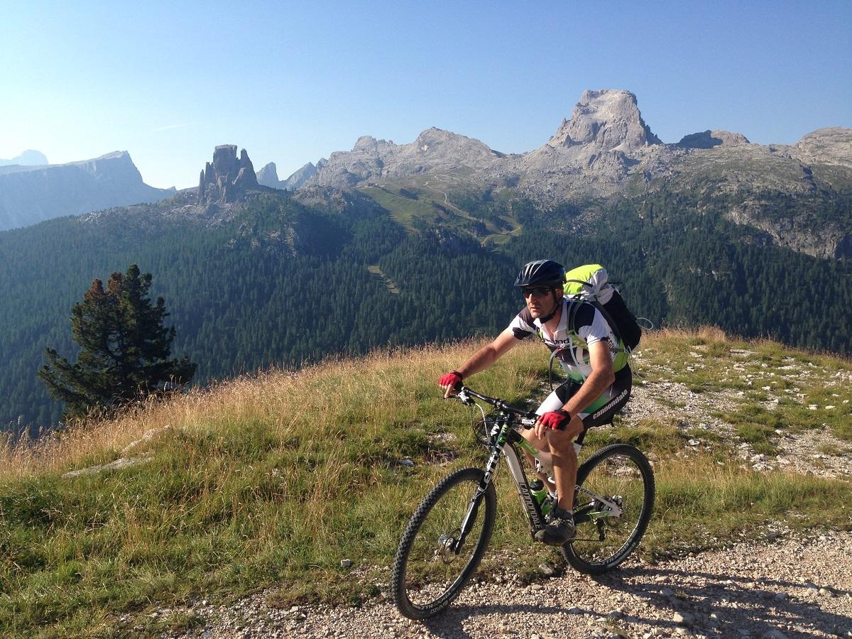 Marco Sponga e Paolo Gasperin in bicicletta lungo l'Alta Via numero 1 dal Lago di Braies a Belluno