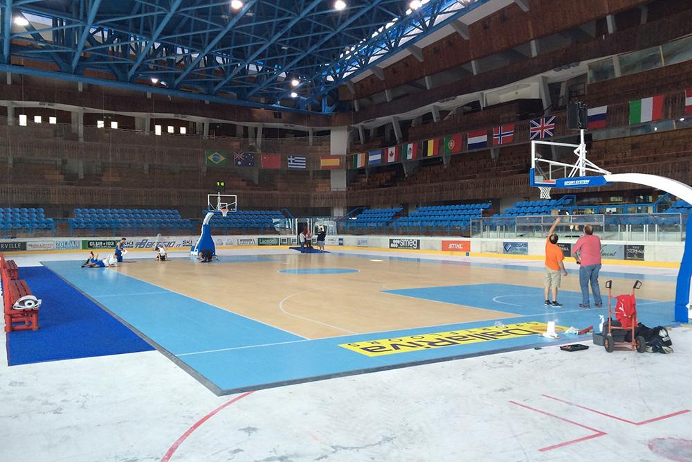 Il palazzetto del ghiaccio allestito col parquet per ospitare il campo da basket
