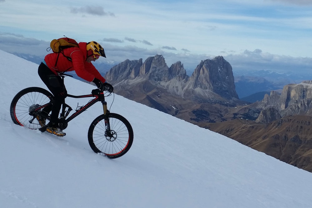 Mtb-Marco-Sponga-discesa-Marmolada-avventura-bicicletta-neve-sport-2