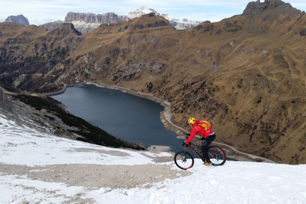 Mtb-Marco-Sponga-discesa-Marmolada-avventura-bicicletta-neve-sport-3